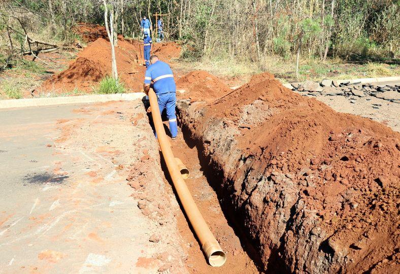 Daae faz serviço na travessia de esgoto da estrada de Bueno (08/04)