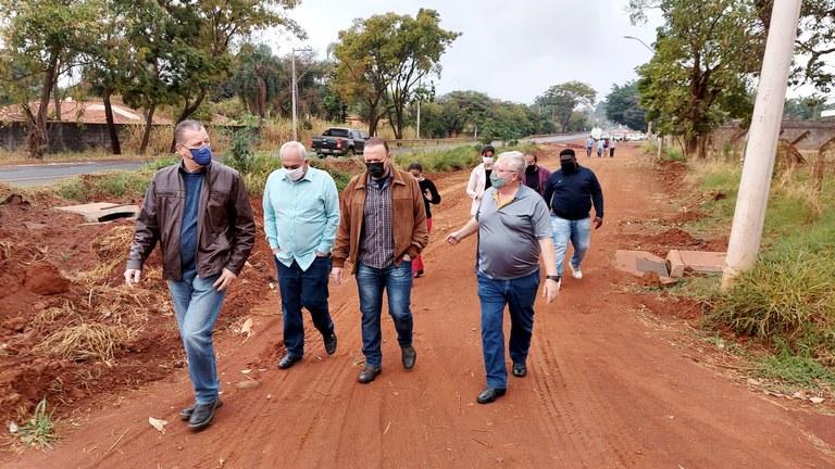 Simioni acompanha Edinho em visita às obras de drenagem na região do Parque Planalto e da Chácara Flora