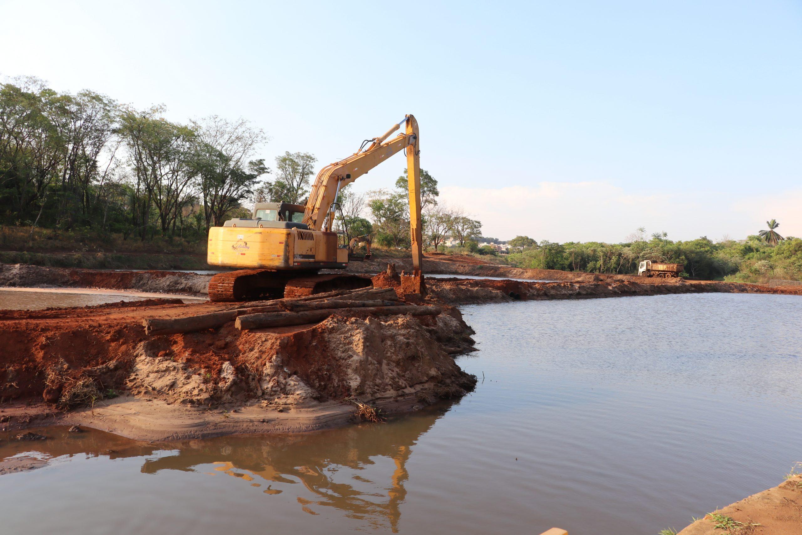 Desassoreamento já retirou 13,8 mil m³ de sedimentos da represa das Cruzes